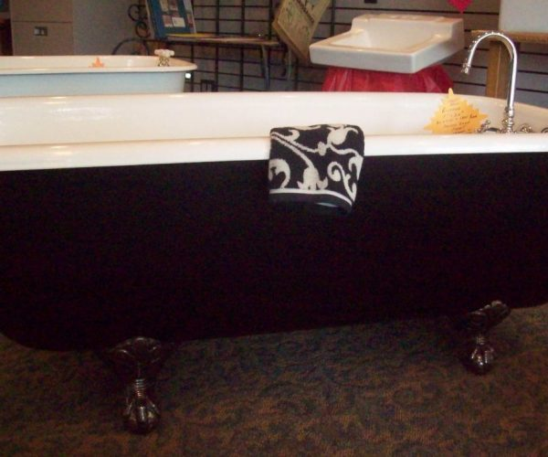 5 ft black and white tub
